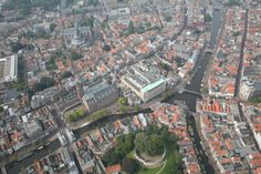 Leiden city centre (Zuid-Holland, Netherlands). De Sleutelstad, zoals de bijnaam van de stad, verwijzend naar het stadswapen, luidt, heeft de oudste universiteit van Nederland. Daarnaast is de stad bekend om de rijke geschiedenis en de oude binnenstad, met grachten, monumentale bouwwerken en hofjes. Gemeten naar inwoneraantal is Leiden met 121.221 inwoners, na Rotterdam, Den Haag en Zoetermeer, de vierde gemeente van Zuid-Holland.