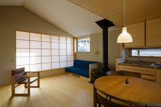 京山の住宅地の中に建つお家。 周りの視線を気にせず過ごす2階リビングと、 緑を取り込む半戸外バルコニーは、とっておきの空間です。 造作のキッチンや、ひのきの壁と天井を使ったハーフユニット(半造作)のお風呂、 家具や照明もあわせて、しっかりとつくり込んだこだわりの居場所がたくさん。 無駄のないコンパクトな間取りのなかに、豊かな暮らしがあります。