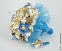Букет невесты из ракушек Голубая Лагуна. Букет невесты в морском стиле выполнен из морских ракушек и звезд, дополнен жемчужинами и бисерными вставками. Низ букета декорирован голубым фатином, а ручка - атласными лентами в тон.  Бутоньерка для жениха сделана в…