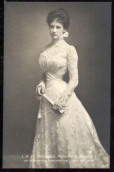 Edwardian bride in lace ~ 1 May 1900 in Munich ~ Prinzessin Mathilde von Bayern… Edwardian Era, Edwardian Fashion, Vintage Fashion, Victorian Era, 1890s Fashion, Edwardian Clothing, Royal Fashion, Steampunk Fashion, Milan Fashion