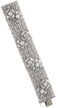 Art Deco diamond bracelet with pattern of stylized roses. By Boucheron, circa Art Deco diamond bracelet with pattern of stylized roses. By Boucheron, circa Via Diamonds in the Library. Art Deco Jewelry, Fine Jewelry, Jewelry Design, Best Diamond, Art Deco Diamond, Antique Jewelry, Vintage Jewelry, Bijoux Art Nouveau, Diamond Bracelets