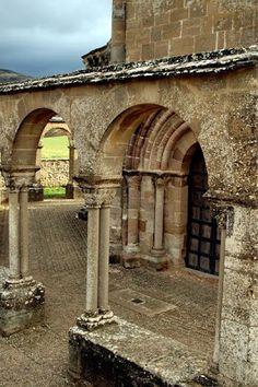 Palacio de los Reyes de Navarra en Estella Navarra Spain Romanesque Art, Romanesque Architecture, Church Architecture, Pamplona, Roman Garden, Madrid, Medieval, Country Scenes, Basque Country