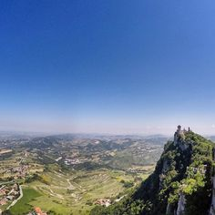 Vista incrível do alto da primeira das três torres de #SanMarino! Localizadas nos três picos do Monte Titano, elas estão representadas na bandeira do país e em cada torre é possível subir para apreciar a vista e o ventinho gelado do topo do morro - Instagram by vontadedeviajar