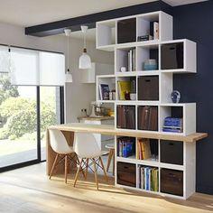 <p>Cette <strong>cuisine semi ouverte</strong> sur le salon profite d'un agencement très astucieux et visuel. En effet, une bibliothèque déstructurée commence sur un pan de...