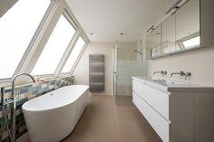 (@ Middelkoop Culemborg / badkamers) Deze open badkamer is een ruimte met veel licht,het grote raampartij met daarvoor het vrijstaande bad valt meteen op. De badkamer zelf is verder redelijke praktisch uitgevoerd. Een gesloten douche met privacy strook, groot meubel met spiegelkast, en aan de andere kant het toilet. Voor het verhaal achter deze badkamer en meer foto's zie onze website: https://www.middelkoopculemborg.nl/badkamers/klantervaringen-badkamers/familie-kroon/