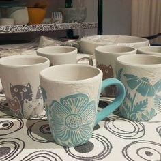 "carolina on Instagram: ""Y seguimos preparando todoboara cuando salgamos de la cuarentena #mequedoencasa #cuarentenacreativa #cersmicaartesanal #ceramique…"" Ceramic Clay, Ceramic Pottery, Tassen Design, Glaze Paint, Sgraffito, Personalized Mugs, Mug Designs, Art Lessons, Diy And Crafts"