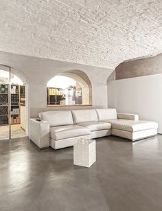 BRANDO concept  | Cantina mattoni a vista pavimento in resina resin floor brick wall divano in pelle bianco design
