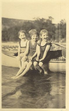 laughing girls Vintage Pictures, Old Pictures, Vintage Images, Photos Du, Old Photos, Black White Photos, Black And White, Vintage Illustration, Bathing Beauties