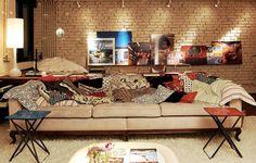 Antes de sair furando as paredes, pense bem. Apoiadas no piso ou em algum móvel, pinturas, pôsteres ou fotos conferem um ar despojado à decoração.