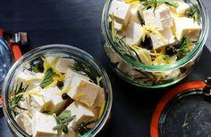 """Bežne sa takto pripravuje syr feta, avšak aj tofu je takto veľmi chutné. Tí z vás, ktorí ho považuju za """"syr bez chuti"""", vďaka tomuto receptu zmenia názor."""