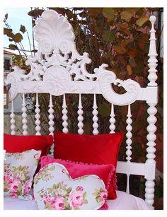 Cama antiga de bilros pintada a branco decapé