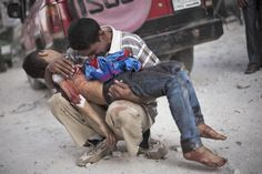 A Syrian man cries while holding the body of his son near Dar El Shifa hospital in Aleppo, Syria, Oct. Pulitzer Prizer for Breaking News Photography 2013 Aleppo, Heiliges Land, Syrian Civil War, Crying Man, Sun Tzu, Christian Men, We Are The World, Shit Happens, Children