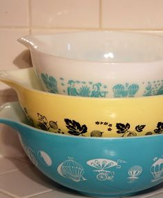 Vintage Pyrex mixing bowls - love the turquoise