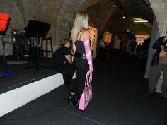 Sfilata in tema body painting. La modella in foto ha il braccio pitturato con la stessa grafica della borsa fantasia geometrica rosa e bianca modello Pepe.