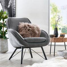 Hier wird es richtig gemütlich! Man kombiniere ein herrlich flauschiges Fell, ein puscheliges Kissen und einen richtig bequemen Sessel und fertig ist der neue Lieblingsplatz! Lounge Chair, Scandi Style, Eames, Accent Chairs, Armchair, The Unit, Diy, Interiordesign, Home Decor