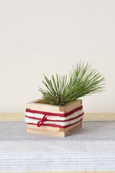 升や空きびんなどに毛糸を巻いても素敵です。/暮らしの花飾り(「はんど&はあと」2012年1月号)
