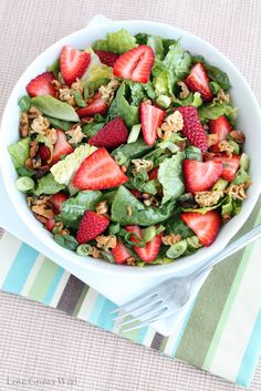 Crunchy Romaine Strawberry Salad - a sweet strawberry salad with little bites of walnuts and crunchy noodles!