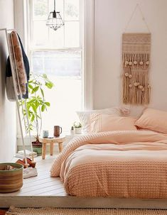 5 dreamy college campus bedrooms Daily Dream Decor Best Home Decorating Ideas: Peach Bedroom Design 7 Amazing Bedroom Colors For Real Relax. Small Apartment Bedrooms, Apartment Bedroom Decor, Cozy Bedroom, Light Bedroom, Master Bedroom, Pretty Bedroom, Small Apartments, Bedroom Furniture, Duvet Covers Urban Outfitters