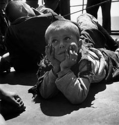 Greece, post Evacuation of children from the civil war areas. Greece Photography, Pictures Of People, Kids Hands, Magnum Photos, In Ancient Times, Cool Eyes, Looking Up, How To Memorize Things, The Past
