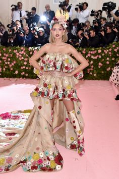 Josephine Skriver - Every Must-See Look From The 2019 Met Gala Red Carpet - StyleBistro Charlotte Gainsbourg, Josephine Skriver, Anna Wintour, Rosie Huntington Whiteley, Alexa Chung, Winnie Harlow, Moschino, Jimmy Choo, Donatella Versace