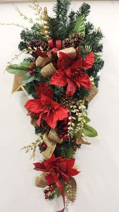 corona de navidad Ideas Wedding Food Winter Style For 2019 Christmas Floral Arrangements, Gold Christmas Decorations, Christmas Swags, Holiday Wreaths, Christmas Holidays, Christmas Ornaments, Holiday Decor, Xmas Crafts, Christmas Projects