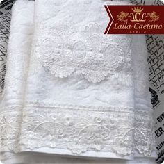 Dia das mães está chegando, que tal este jogo de toalhas brancas com renda de algodão!?! Uma linda opção para presentear sua mãe. Encontre outras opções em nosso site www.lailacaetanoatelie.com.br #diadasmaes #presenteparamae #presente #opção #toalhas #toalha #toalhabranca #renda #charme #elegancia #casa #decoração #lavabo #banho #design #detalhes #lailacaetanoatelie