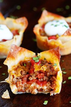 corn tortillas instead of wonton wrappers? These fun Crunchy Taco Cups are made in a muffin tin with wonton wrappers! Great for a taco party/bar. Everyone can add their own ingredients and toppings! Crunchy, delicious, and fun to eat! Mexican Food Recipes, Beef Recipes, Cooking Recipes, Cooking Eggs, Recipies, Tapas, Wonton Wrappers, Go For It, Kraft Recipes