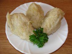 """Syrové brambory omyjeme, oloupeme a na jemném struhadle nastrouháme. Nastrouhané brambory v ruce """"vyždímeme"""" do sucha, ovšem vodu z..."""