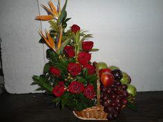 Canasta de flores y frutas. www.floristerialosfrutales.jimdo.com tel. 6456587