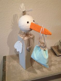 Dieser süße Storch wurde in liebevoller und sorgfältiger Handarbeit gefertigt ♥  Wenn sie noch ein Geschenk suchen...zur Geburt eines Jungen, statt den 100. Body.. ;-) Als Deko bei Hebammen, in...