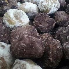La ricetta dei tetù e teio, biscotti tipici della pasticceria siciliana a base di pasta frolla mista a mandorle ricoperta di glassa al cioccolato e bianca.