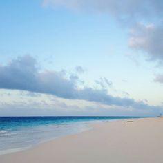 【shin_nyc】さんのInstagramをピンしています。 《early morning  #bermuda #morning #beach #ocean #atlantic #coast #clouds #bluesky #sky #beutifulsky #elbowbeach #earlymorning #quietmorning #quiet #alone #バミューダ #空色 #朝 #早朝 #清々しい #青空 #海 #海岸 #砂浜 #ビーチ #雲 #空 #誰もいない #穏やか #peaceful》