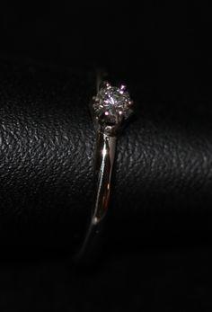 Witgouden verlovingsring met briljant geslepen diamant.
