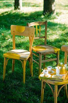 Des chaises en bois ancien avec ronds dorés peints ici et là