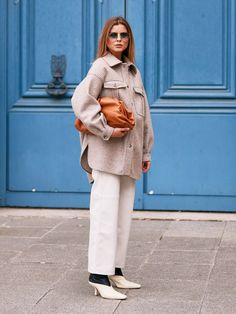 Paris Fashion Week street style trends spring beige shacket with white jeans and clutch bag Source by jparkerborls Bags street Street Style Trends, Spring Street Style, Street Style Looks, Street Chic, Spring Style, Winter Fashion Outfits, Autumn Winter Fashion, Fashion Weeks, Fall Fashion