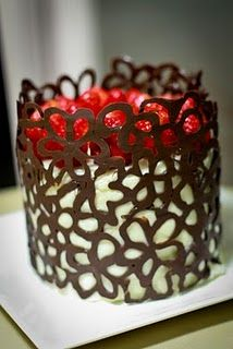 Waygooken Housewife: Guest:Gabi~Flowery goodness - How to decoratively wrap a cake in chocolate Cake Decorating Techniques, Cake Decorating Tips, Cookie Decorating, Pretty Cakes, Beautiful Cakes, Amazing Cakes, Chocolate Lace Cake, Chocolate Work, Chocolate Bowls