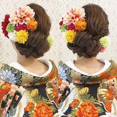 いいね!625件、コメント2件 ― R.Y.K Vanilla Emuさん(@ry01010828)のInstagramアカウント: 「結婚式の前撮り 和装ロケーション撮影のお客様 かっちりしすぎない和ヘア 左側にロールを何個も 作りました ビビッド色とパステル色の お花を混ぜて沢山付けました 新緑でのロケーション撮影を…」 Retro Hairstyles, Party Hairstyles, Wedding Hairstyles, Wedding Party Hair, Bridal Hair, Up Styles, Hair Styles, Wedding Kimono, Japanese Wedding