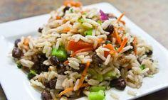 Il piatto simbolo della stagione estiva è l'insalata di riso, immancabile sulle nostre tavole, non solo perché pratico da portare in ufficio per un pranzo veloce, in spiaggia o ad un pic nic ma anche perché così fresco e nutriente, può essere tranquillamente servito come piatto unico.