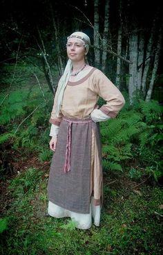 Nice... European Clothing, Medieval Clothing, Historical Clothing, Viking Life, Viking Woman, Medieval Peasant, Viking Dress, Ethnic Dress, Iron Age