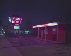 La photographe Vicky Moon capture pour sa série «Expired L.A.» les lumières colorées créées par les néons des motels, magasins et autres enseignes dans la ville de Los Angeles à l'aide d'une chambre grand format.