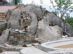 Un magnifique lieu, ou la cascade d'eau semble couleur naturellement sur cette belle roche. L'utilisation des briques en pierre pour les murets apporte du contraste à l'ensemble. Réalisation Maxhorti. Aménagement paysager #landscaping