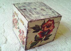 Niewielka, zgrabna szkatułka posiada zapięcie. Zdobiona metodą decoupage, postarzona, lakierowana. W sam raz na przechowywanie drobiazgów, np. biżuterii. Idealna na prezent. Wymiary: szerokość: 11,5cm; długość: 11,5cm, wysokość: 10,5cm.