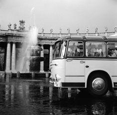 Roma negli anni Cinquanta, solita e stupenda: Un autobus di turisti in piazza San Pietro, in Vaticano, nel 1955. (Vecchio/Three Lions/Getty Images) - Il Post