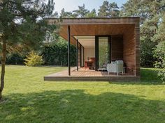 Contemporary garden office with covered patio, Bonheiden Backyard Office, Backyard House, Backyard Studio, Garden Office, Container Home Designs, House Gate Design, Tiny House Design, Bungalow, Flat Roof House