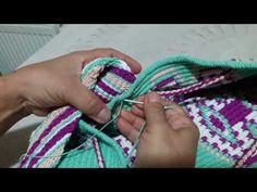 Wayuu Sap Teknikleri Ve Modelleri (5) (Türkçe Anlatım) - YouTube Crochet Handbags, Crochet Purses, Crochet Home, Diy Crochet, Tapestry Crochet Patterns, Cross Stitch Love, Fringe Bags, Boho Bags, Tapestry Weaving