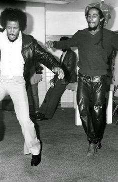 **Bob Marley** & Glen DaCosta (not Jimi Hendrix), San Diego Sports Arena, San Diego, CA, USA, November 1979; Survival Tour, backstage. ►►More fantastic pictures, music and videos of *Robert Nesta Marley* on: https://de.pinterest.com/ReggaeHeart/ ©Roger Steffens
