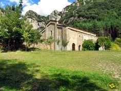 El Monasterio de Santa María de Obarra se alza en el fondo de un valle bloqueado por el desfiladero de La Croqueta, al pie del extremo occidental de la sierra de Sis en el pre Pirineo.