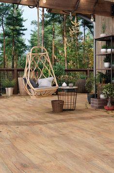 Porcelanato madeira nas áreas externas Porch Swing, Outdoor Furniture, Outdoor Decor, Art Decor, Home Decor, Hanging Chair, Rooftop, Terrace, Villa