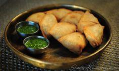 Przepis na samosy z wegetariańskim (Aloo Samosa) i mięsnym (Keema Samosa) nadzieniem Samosy to najbardziej znana hinduska przekąska, ciasto wypełnione wegetariańskim (bardziej popularne) lub mięsnym nadzieniem, smażone w głębokim tłuszczu. Bardzo istotne jest tutaj samo ciasto – przyznajemy się szczerze,… Curry, Samosas, Frittata, Asian Recipes, Main Dishes, Vegetarian, Bread, Pierogi, Food