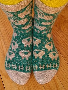 Knitting Patterns Socks Ravelry: A Flock For Your Feet pattern by revi - free sock pattern! Knitting Charts, Loom Knitting, Knitting Socks, Knitting Patterns Free, Free Knitting, Stitch Patterns, Free Pattern, Crochet Socks, Knit Crochet